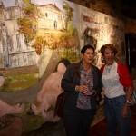 Ante el imponente mural