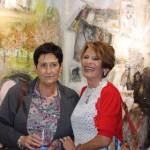 Teresa y Kontxi posan ante el mural