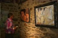 Teresa Ahedo observando su obra en la exposición
